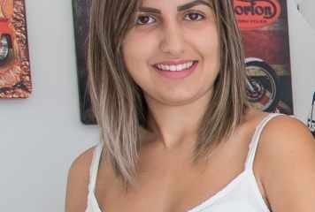 A esteticista Yasmin Nadai no Studio de Beleza Allure