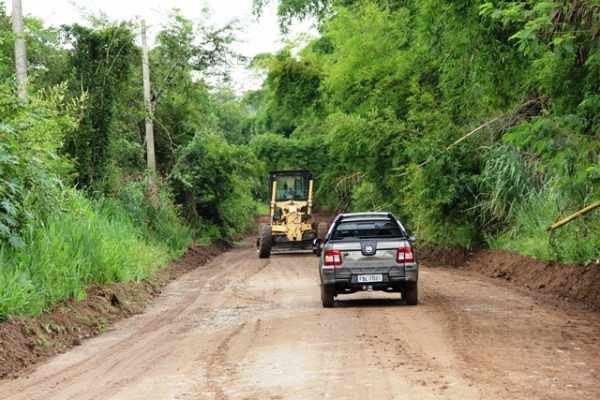 Uma máquina motoniveladora começou a melhorar as condições na estrada do Campo do Coxo, antes tomada por entulho e buracos