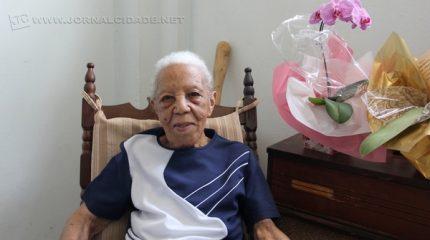 Dona Benedicta Trindade Lopes, de 102 anos de idade, mora com a família, mas a casa vive cheia de amigos e parentes queridos