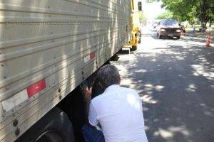 Empresário mostra modelo de roda com pneu que foi levado de diversas carretas em avenida