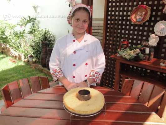 Luana Vitória Dias Cocc, de apenas 12 anos, ensina uma deliciosa receita de bolo de mandioca