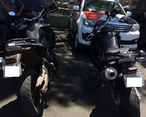 Motocicleta BMW foi apreendida pelos policiais. Veículo estava com numerações adulteradas