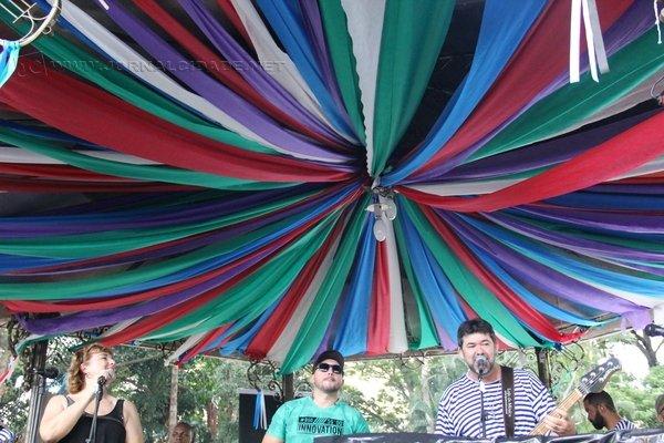 Na foto do jornalista Adriel Arvolea, banda se apresenta no Coreto de Rio Claro durante as matinês que ocorreram no Jardim Público