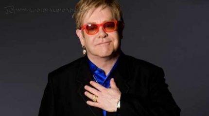 Elton John chega aos 70 anos como um sobrevivente de todas as loucuras (Foto: reprodução)