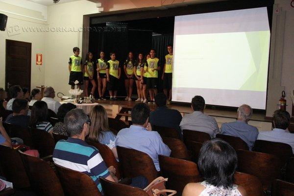 O projeto desenvolvido pelos alunos, que venceu etapa estadual, foi apresentado no auditório do Colégio Koelle e agora concorre na etapa nacional do Torneio de Robótica