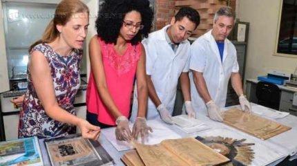Trabalho de recuperação dos livros é feito no laboratório do Arquivo Público Municipal.