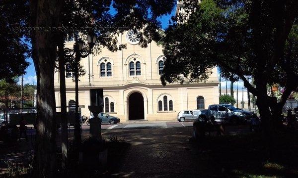 A praça da Matriz fica entre as ruas 6 e 7 com avenidas 3 e 5, no Centro de Rio Claro