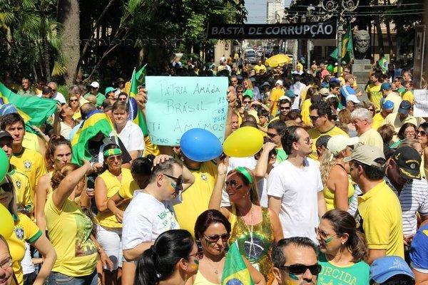 """Movimento """"Vem pra Rua Rio Claro"""" reuniu milhares em março de 2016 """"em repúdio ao desgoverno e à corrupção que assola o país"""""""
