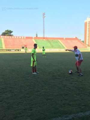ADIANTE!: o treinador Alan George juntamente com os jogadores do Rubro-Verde buscam a vitória para sair da Zona de Rebaixamento