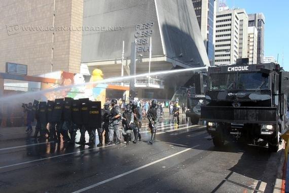 A Tropa de Choque da Polícia Militar lançou bombas de gás lacrimogêneo para dispersar o grupo. (Foto: jovempan.com.br)
