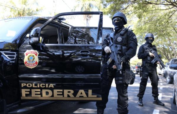 Outra equipe de policiais federais prendeu, no mesmo voo, outro brasileiro com mais de 3 quilos da droga, oculta nas estruturas de sua mala distribuída em dois volumes.