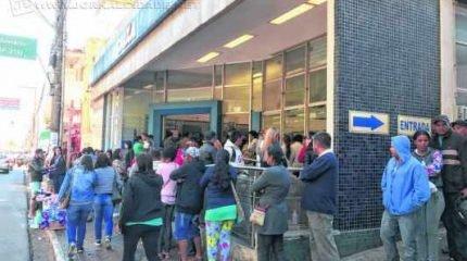 Agência da Rua 3, no Centro de Rio Claro, recebeu muitos trabalhadores para informações e saques