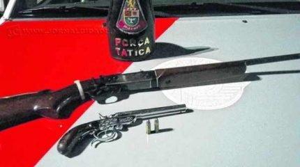 """Uma espingarda """"puma"""" calibre 38 foi apreendida juntamente com uma garrucha do mesmo calibre"""