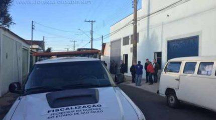 Diversas viaturas da Receita Federal e Polícia Militar interditaram a fábrica de meias localizada na Vila Martins, em Rio Claro