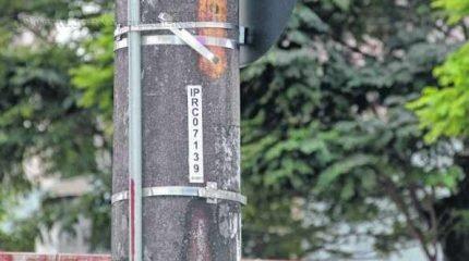 Os postes possuem uma numeração afixada e, quando a reclamação é feita, esse número é solicitado