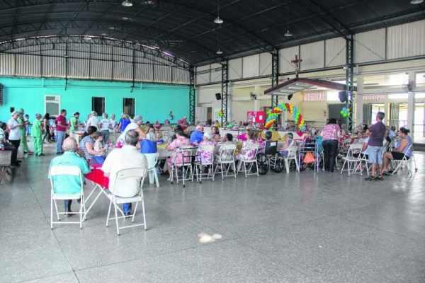 Uma confraternização aconteceu na tarde de terça-feira (26), no salão de festas da instituição, e contou com a participação dos idosos, do grupo de colaboradores e também de familiares dos moradores