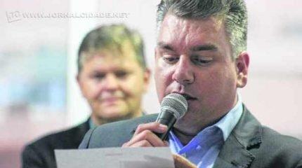 Juninho da Padaria revela ao JC que pleiteia a troca de todas as luminárias no município. André Godoy, presidente da Câmara e do DEM, reforça plano