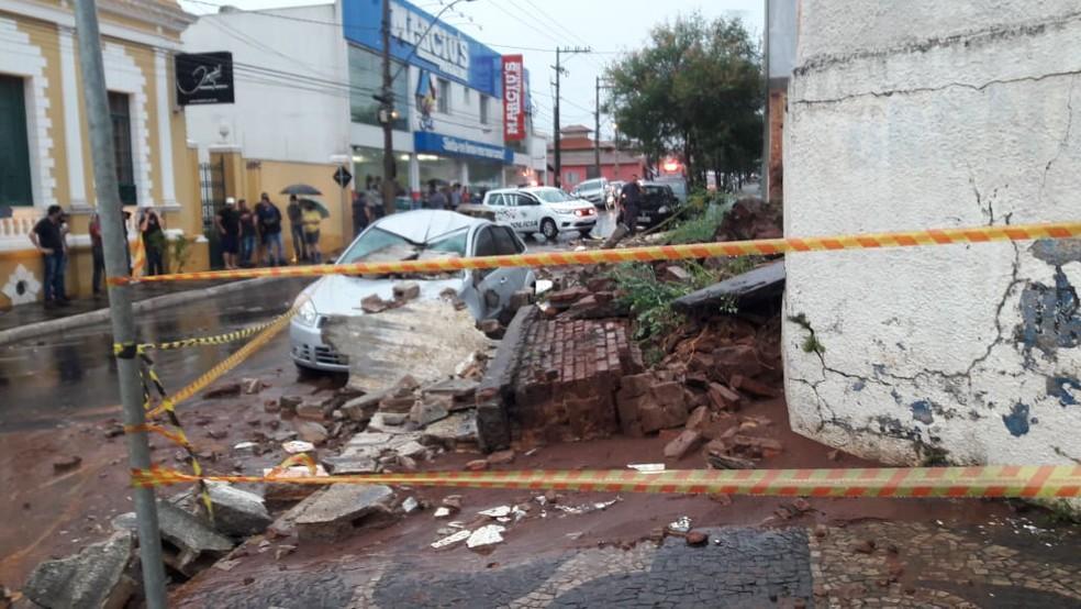 VÍDEO: Mãe e filha morrem após desabamento de muro em Brotas - Jornal  Cidade RC